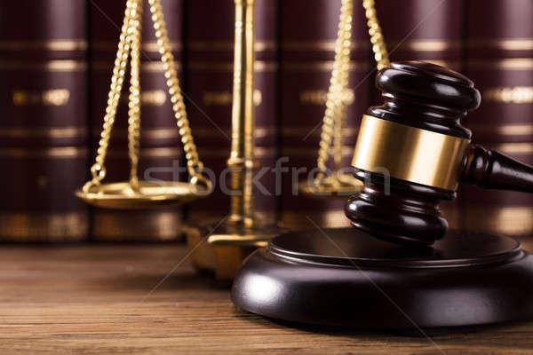 Primo piano martelletto legno desk giustizia scala Foto d'archivio © AndreyPopov