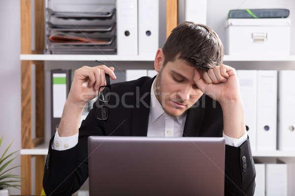 Vervelen zakenman vergadering kantoor achter laptop Stockfoto © AndreyPopov