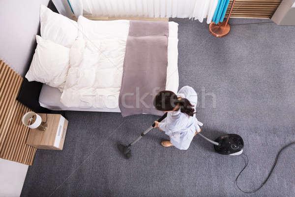 Governante pulizia tappeto aspirapolvere felice giovani Foto d'archivio © AndreyPopov