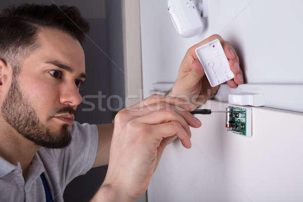 Technikus installál biztonság ajtó szenzor fiatal Stock fotó © AndreyPopov