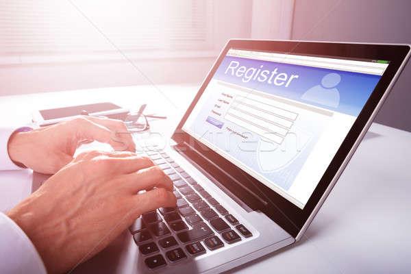 Zakenman vulling online registratie vorm hand Stockfoto © AndreyPopov