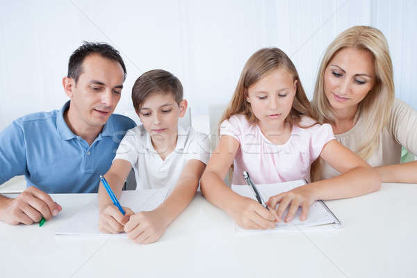 Foto stock: Pais · ajuda · crianças · lição · de · casa · casa · família