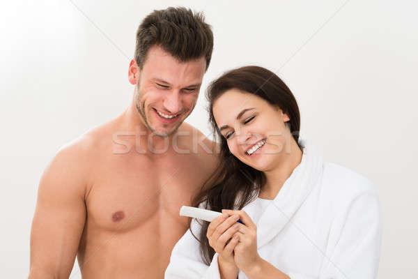 Paar bevinding uit resultaten zwangerschaptest glimlachend Stockfoto © AndreyPopov