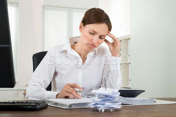 üzletasszony fiatal számológép iroda üzlet papír Stock fotó © AndreyPopov