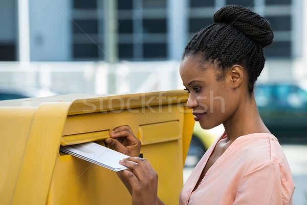 Mulher carta caixa de correio jovem africano contato Foto stock © AndreyPopov