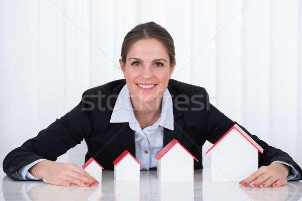 Mujer de negocios diferente tamaño casa modelos retrato Foto stock © AndreyPopov
