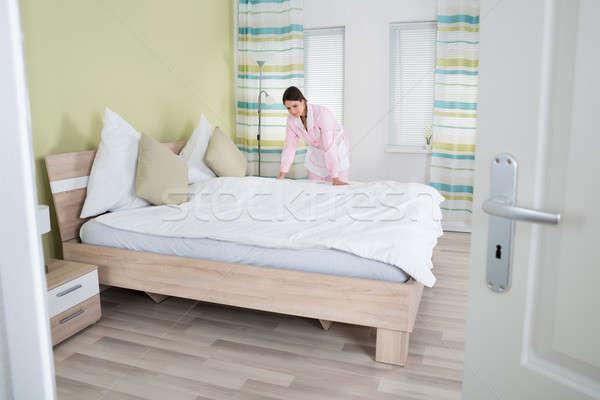 Vrouwelijke huishoudster bed jonge kamer Stockfoto © AndreyPopov