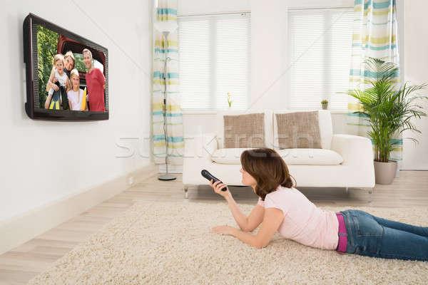 Fiatal nő tv nézés szőnyeg ház otthon technológia Stock fotó © AndreyPopov