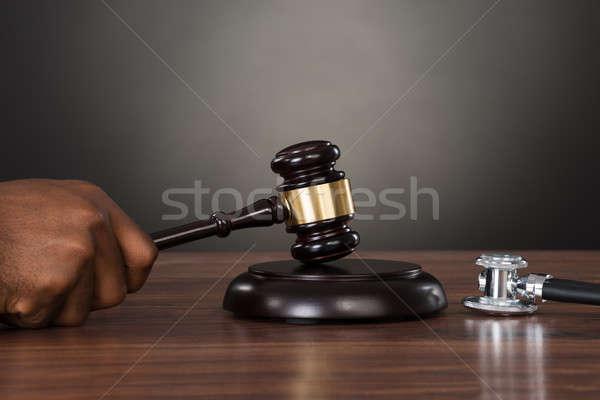 Foto stock: Primer · plano · juez · manos · martillo · escritorio · estetoscopio