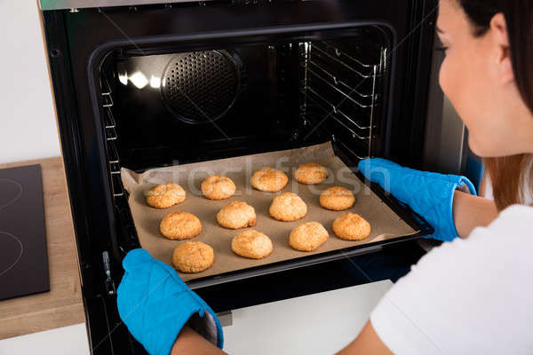 женщину лоток Cookies печи молодые счастливым Сток-фото © AndreyPopov