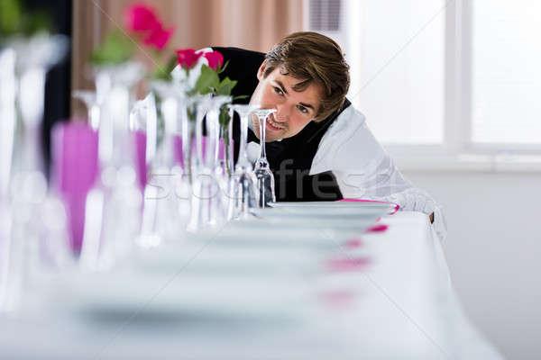 De ober naar tabel arrangement knap bruiloft Stockfoto © AndreyPopov