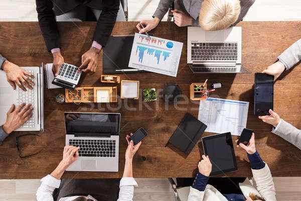会議 表示 携帯 ノートパソコン 手 ストックフォト © AndreyPopov