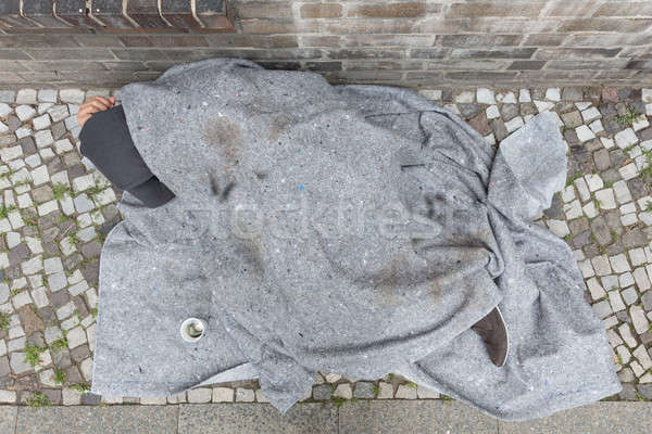 Hajléktalan férfi alszik utca kilátás fedett Stock fotó © AndreyPopov
