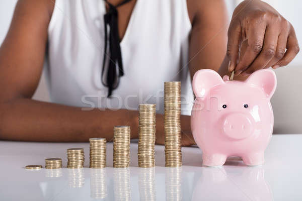 Ludzka ręka monety skarbonka monet strony Zdjęcia stock © AndreyPopov
