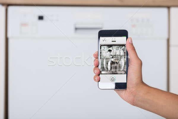 Stock fotó: Kéz · mutat · mosogatógép · app · közelkép · mobiltelefon