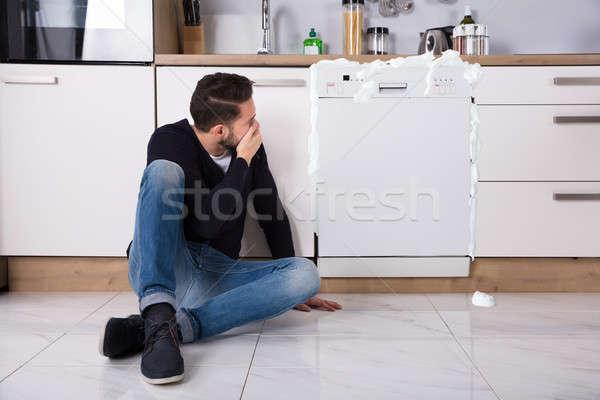Сток-фото: расстраивать · человека · сидят · посудомоечная · машина · пена · из