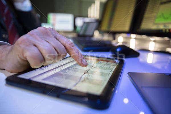 Bourse courtier travail graphique numérique comprimé Photo stock © AndreyPopov