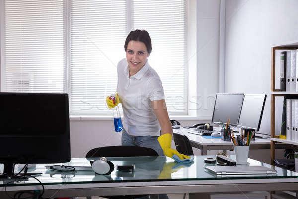 Concierge nettoyage bureau rag souriant Homme Photo stock © AndreyPopov