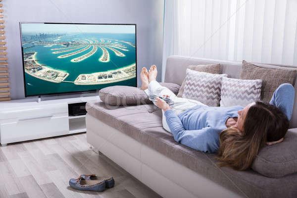 Mujer calculadora sofá viendo Foto stock © AndreyPopov
