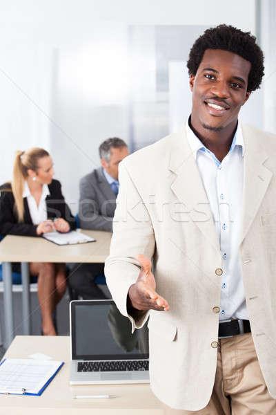 Foto stock: África · empresario · ofrecimiento · apretón · de · manos · feliz · colegas