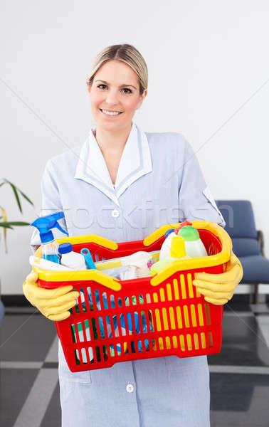 Jeunes soubrette nettoyage équipement heureux Photo stock © AndreyPopov