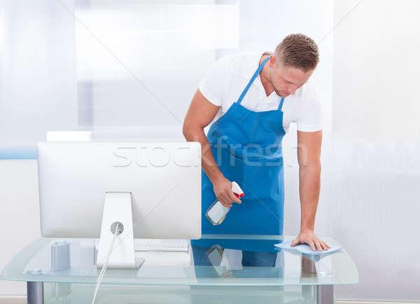 Woźny czystsze czyszczenia biuro przystojny młodych Zdjęcia stock © AndreyPopov