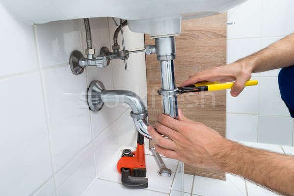Mannelijke loodgieter wastafel badkamer Stockfoto © AndreyPopov