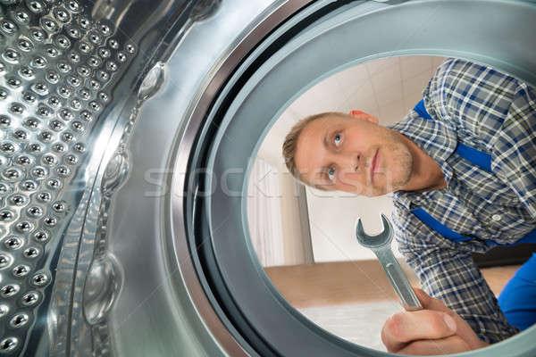 Bakıyor içinde çamaşır makinesi genç Stok fotoğraf © AndreyPopov