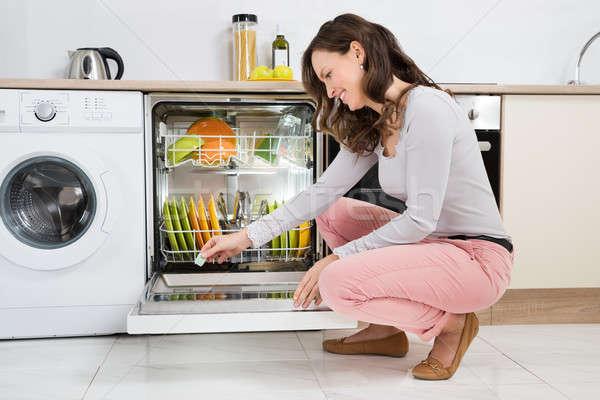 женщину моющее средство таблетка посудомоечная машина счастливым домой Сток-фото © AndreyPopov