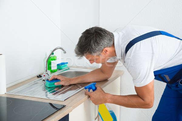 Stock fotó: Munkás · takarítás · mosdókagyló · konyha · oldalnézet · érett