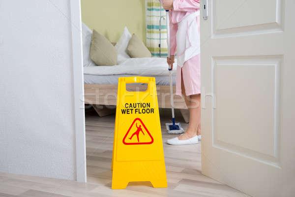 Női házvezetőnő takarítás padló egyenruha szoba Stock fotó © AndreyPopov