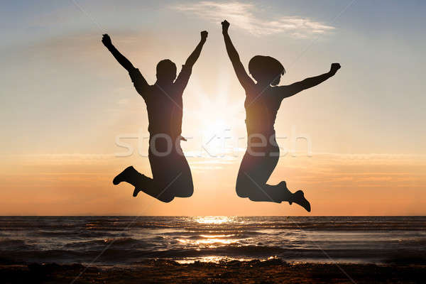 Foto stock: Hombre · mujer · saltar · playa · silueta · agua