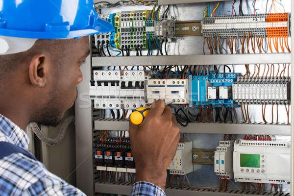 Elektricien onderzoeken schroevendraaier jonge mannelijke Stockfoto © AndreyPopov