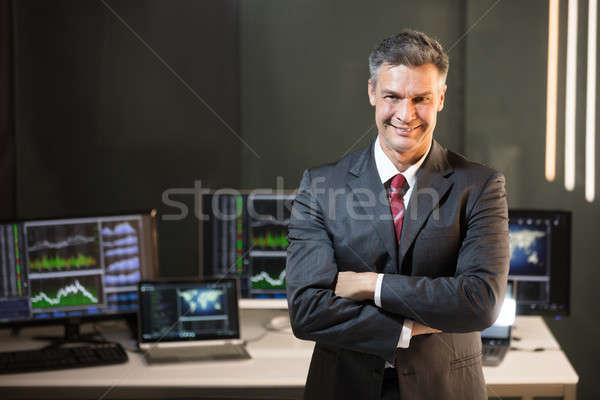 Porträt männlich Aktienmarkt Broker gefaltet Arme Stock foto © AndreyPopov