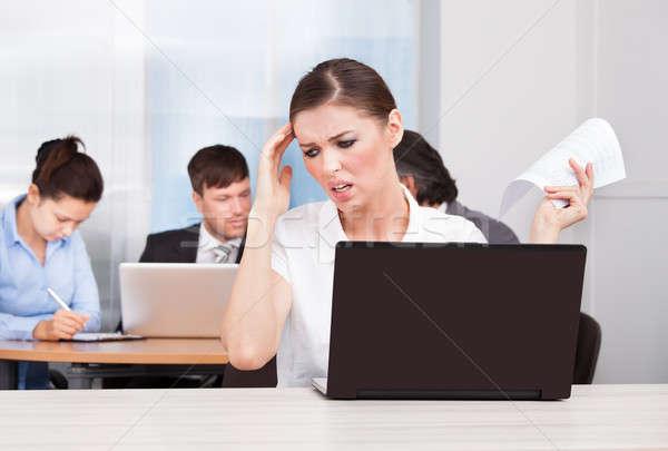 Imprenditrice sofferenza mal di testa giovani seduta colleghi Foto d'archivio © AndreyPopov