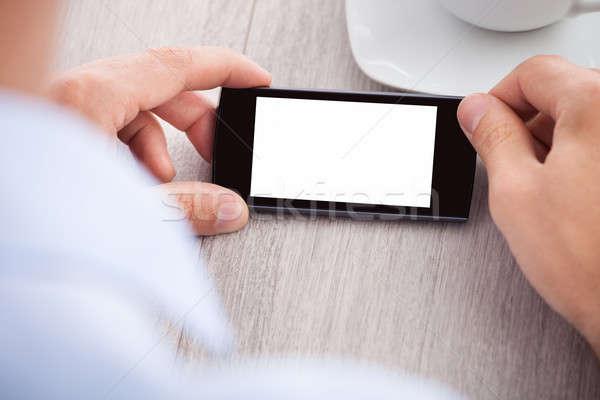 Mână smartphone ecran birou Imagine de stoc © AndreyPopov