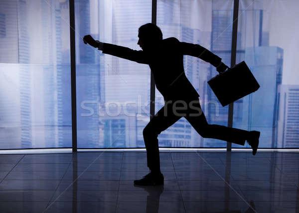 Zakenman aktetas lopen kantoor zijaanzicht Stockfoto © AndreyPopov