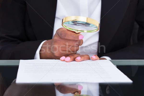 Imprenditrice lente di ingrandimento leggere documento desk ufficio Foto d'archivio © AndreyPopov