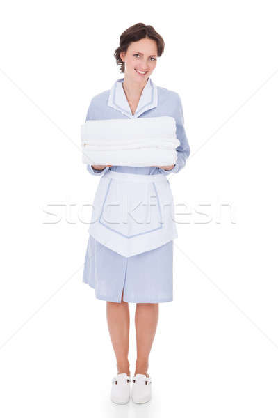 Empregada toalhas feliz jovem Foto stock © AndreyPopov
