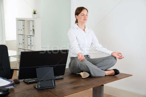 Gesch ftsfrau yoga b ro jungen holz schreibtisch for Schreibtisch yoga