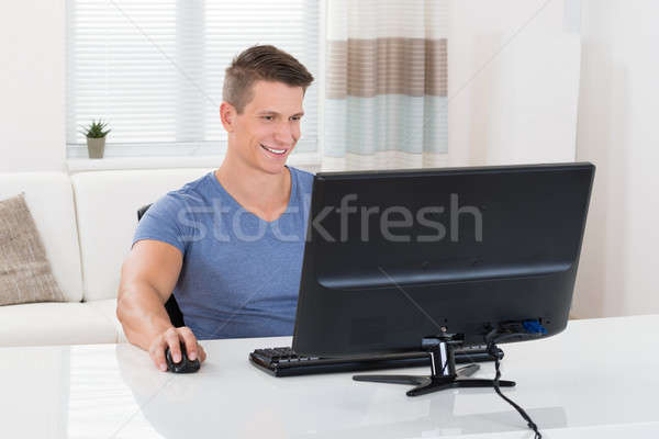 Mann jungen glücklich Wohnzimmer Computer Stock foto © AndreyPopov