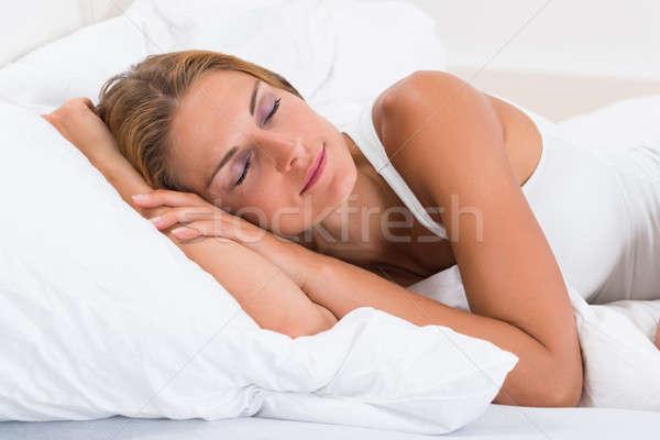 Jonge vrouw slapen bed portret jonge mooie vrouw Stockfoto © AndreyPopov