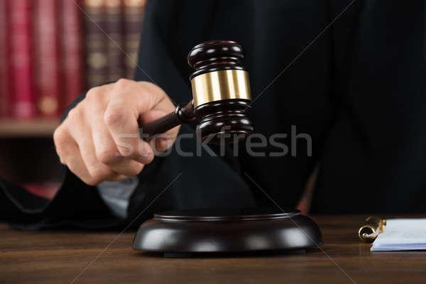 Juez escritorio mesa hombres justicia Foto stock © AndreyPopov