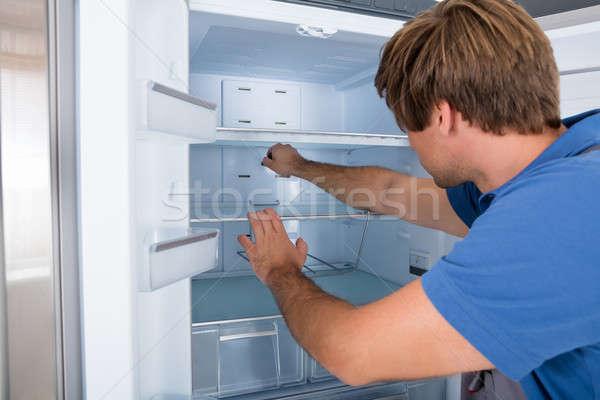Technikus megvizsgál hűtőszekrény férfi törött eszköz Stock fotó © AndreyPopov