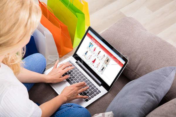 mulher compras on line usando laptop colorido foto stock andriy popov andreypopov. Black Bedroom Furniture Sets. Home Design Ideas