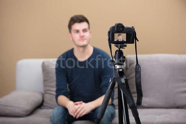 Stok fotoğraf: Blogger · video · kamera · erkek · ev · gülümseme