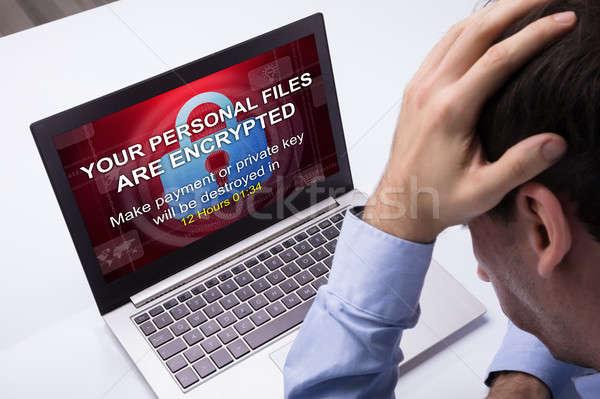 Stockfoto: Zakenman · naar · laptop · woord · scherm · bezorgd