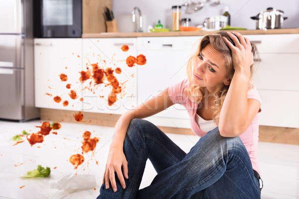 Stok fotoğraf: Endişeli · genç · kadın · oturma · kirli · mutfak · portre