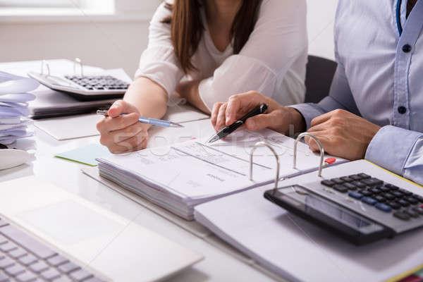 Deux gens d'affaires facture bureau travail main Photo stock © AndreyPopov