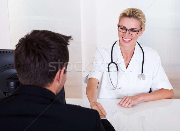 Femenino médico consulta paciente mujer atractiva Foto stock © AndreyPopov